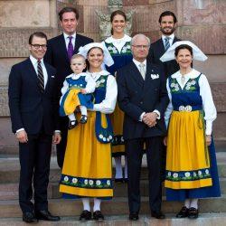Švedska kraljevska obitelj, ženski članovi obitelji u tradicionalnoj švedskoj nošnji.