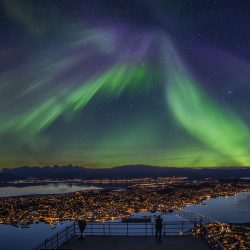 Polarna svjetlos iznad Tromsa, pogled sa brda Storstein, žičarom Fjellheisen.